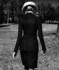 La donna dal tailleur nero